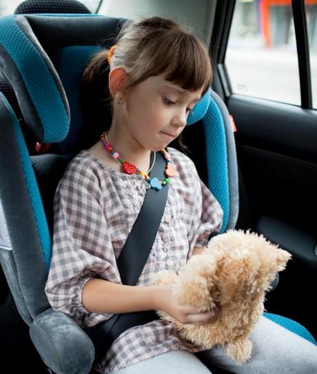 Pige i autostol