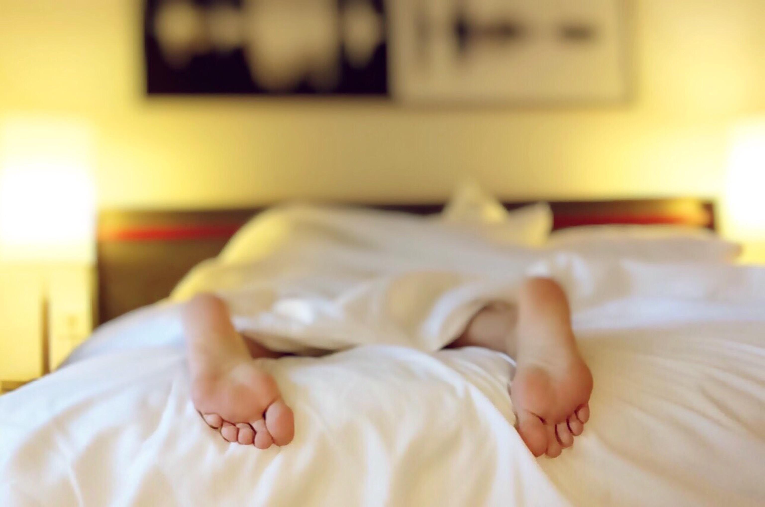 fødder i en seng